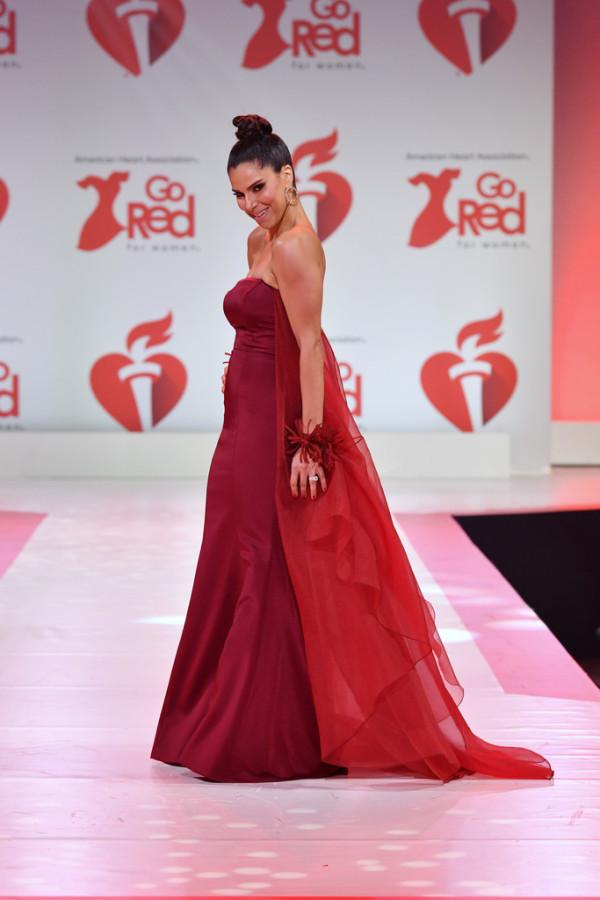 Lady in red: звезды на благотворительном показе