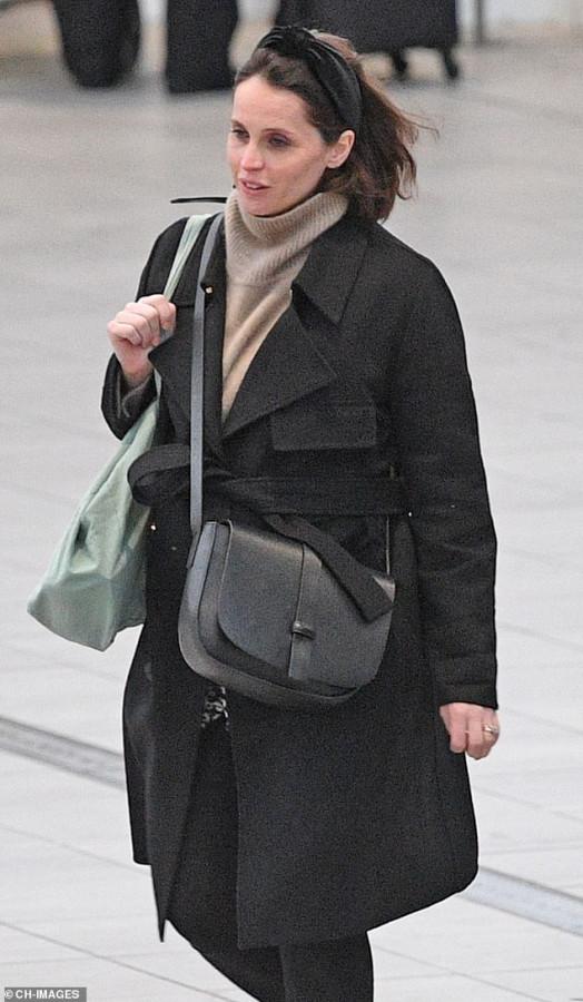 Фелисити Джонс в аэропорту Gatwick airport,felicity jones