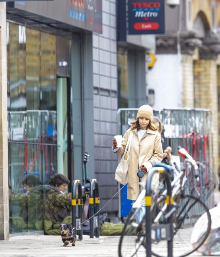 Эмилия Кларк на прогулке с песиком