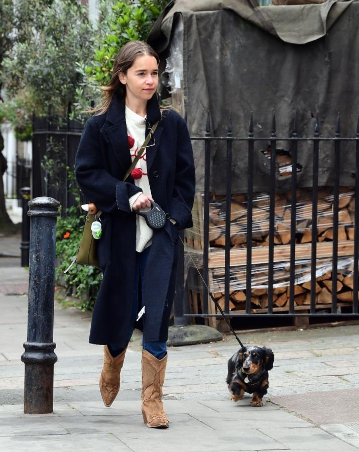 Не драконы, так собака: Эмилия Кларк делится фотографиями своего пушистого друга