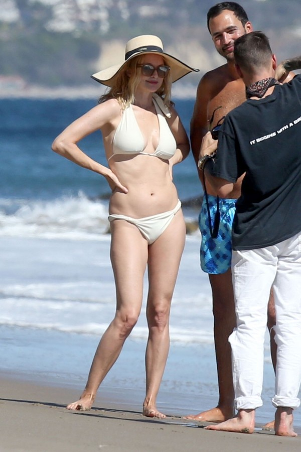 Хизер Грэм на пляже