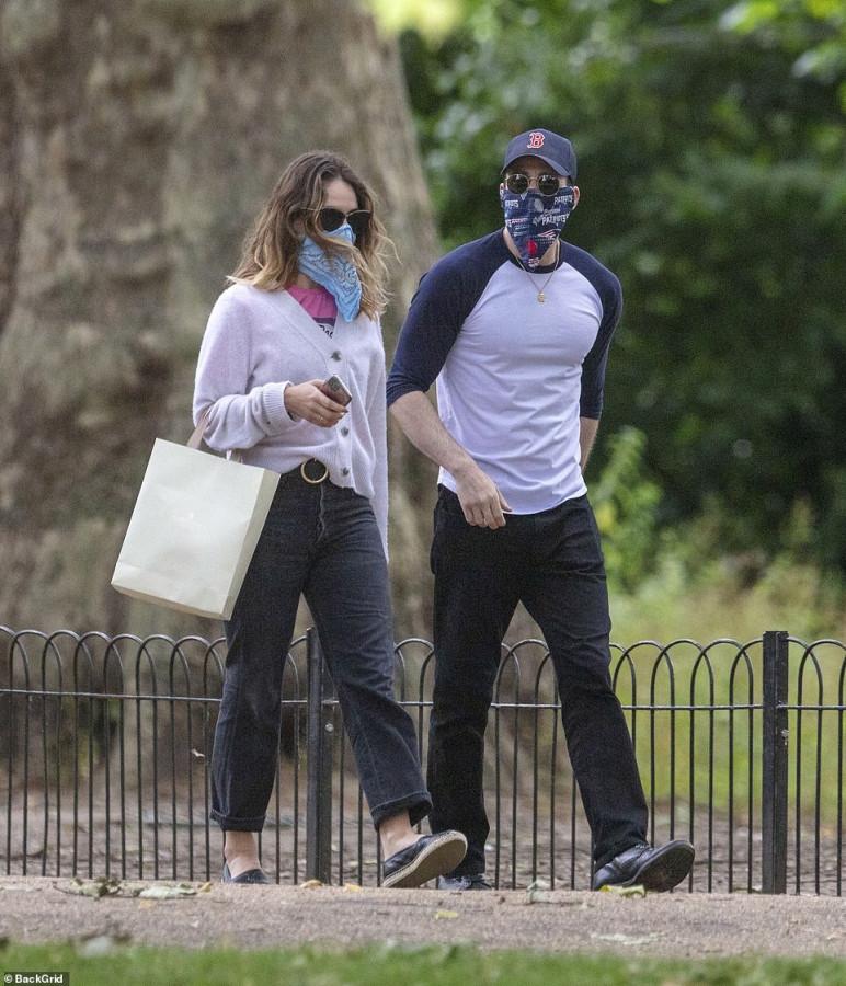 Лили Джеймс и Крис Эванс на свидании в парке lily james,chris evans
