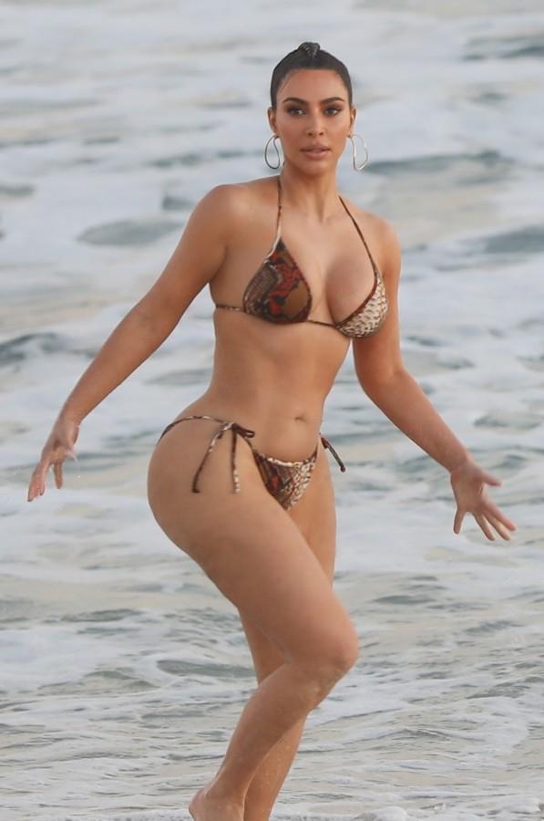 Ким Кардашян на съемках в Малибу