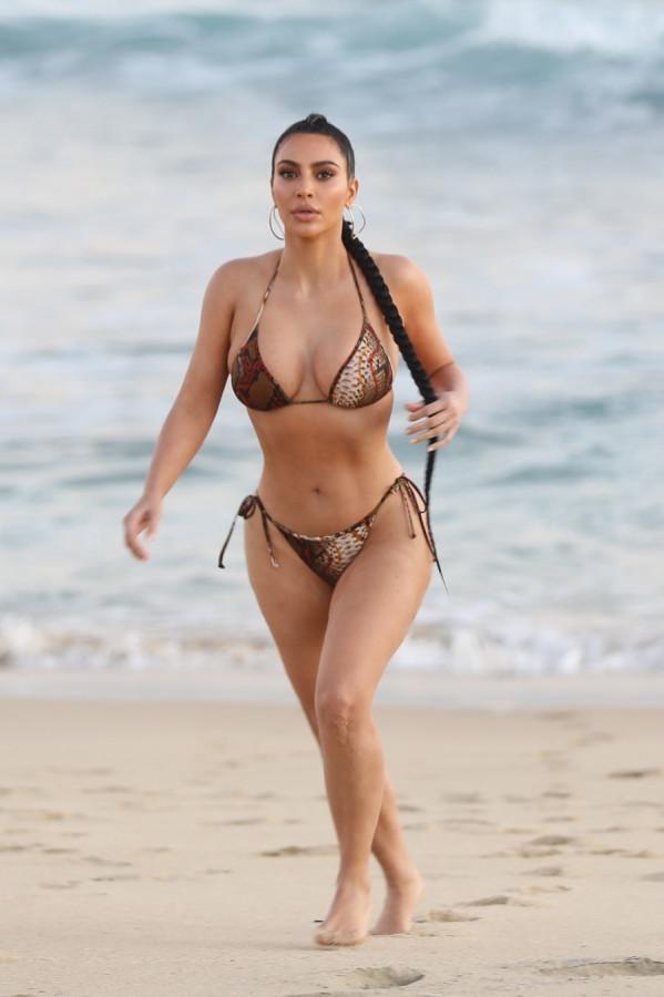 Ким Кардашян на съемках в Малибу hooting,kim kardashian,пляж/бикини