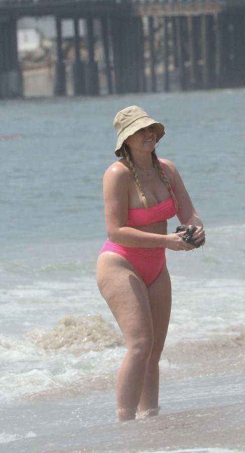Искра Лоуренс на пляже