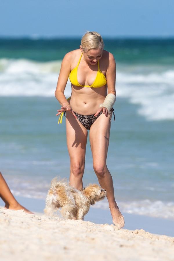 Роуз МакГоун на пляже rose mcgowan,пляж/бикини