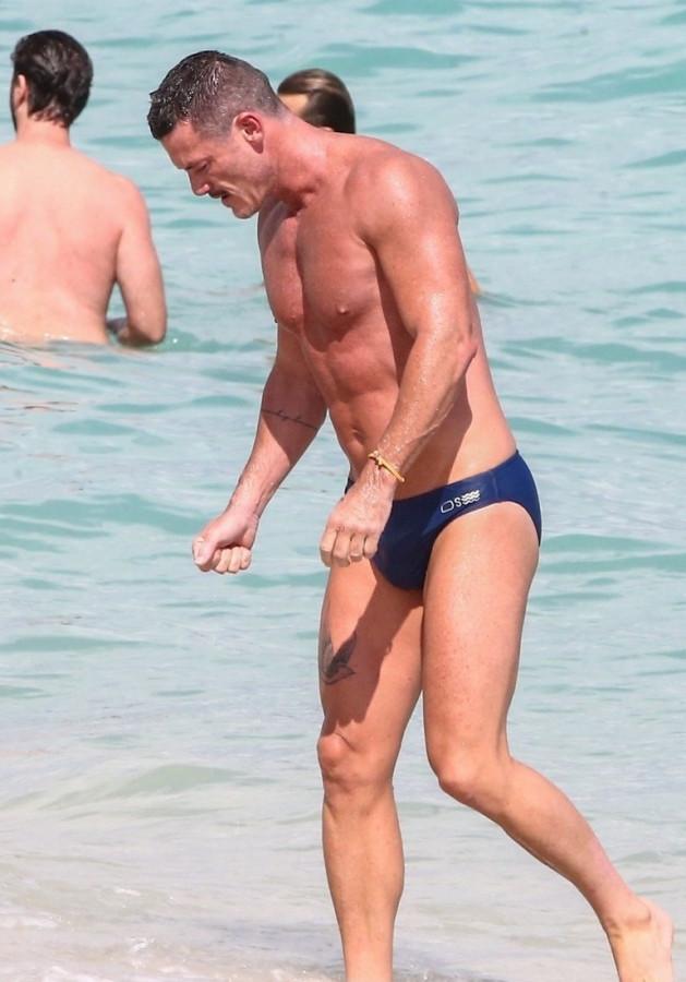 Люк Эванс на пляже luke evans,пляж/бикини