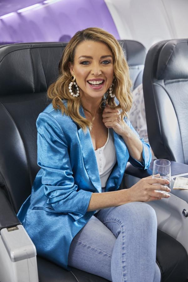 Данни Миноуг попробовала новое меню а/к Virgin Australia dannii minogue
