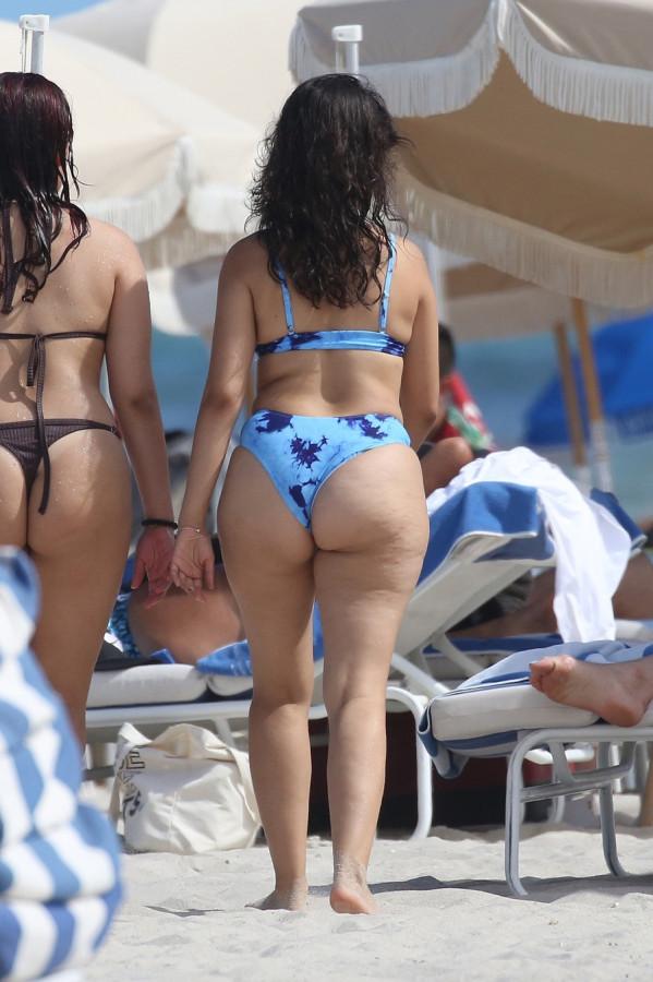 Камила Кабейо на пляже