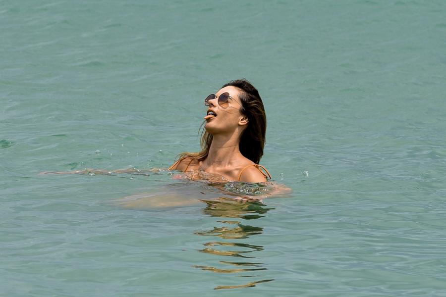 Алессандра Амбросио на пляже
