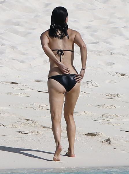 Courteney_Cox_Bikini_Candids_on_the_Beach_in_Turks_and_Caicos_June_15_2014_01-06172014035525u