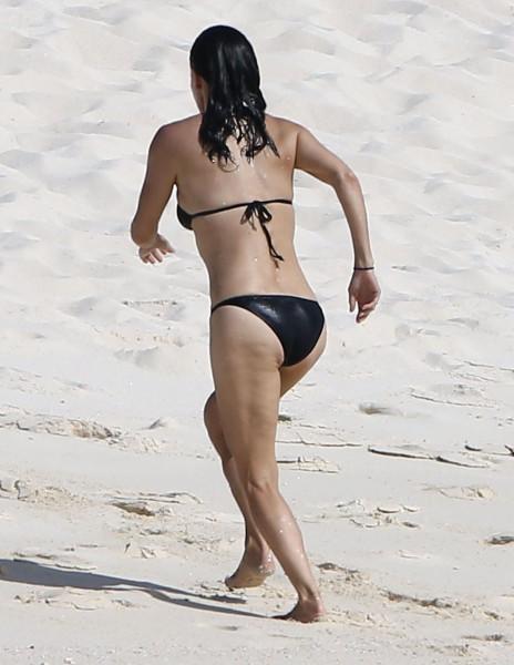 Courteney_Cox_Bikini_Candids_on_the_Beach_in_Turks_and_Caicos_June_15_2014_03-06172014035528u