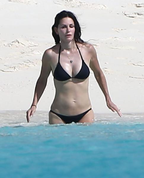 Courteney_Cox_Bikini_Candids_on_the_Beach_in_Turks_and_Caicos_June_15_2014_04-06172014035528u