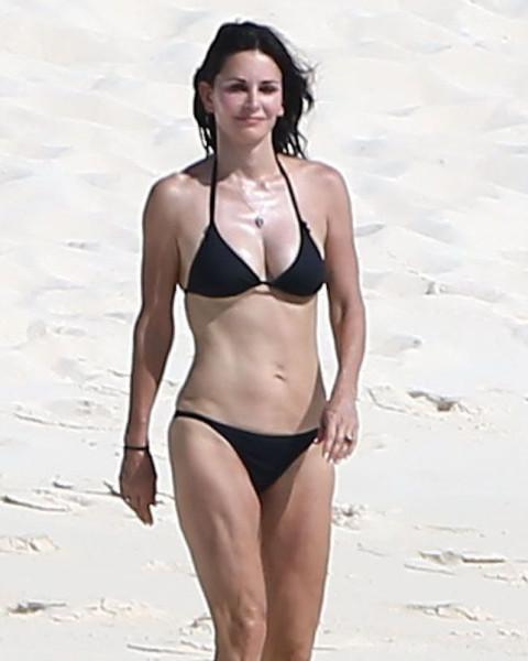 Courteney_Cox_Bikini_Candids_on_the_Beach_in_Turks_and_Caicos_June_15_2014_08-06172014035531u
