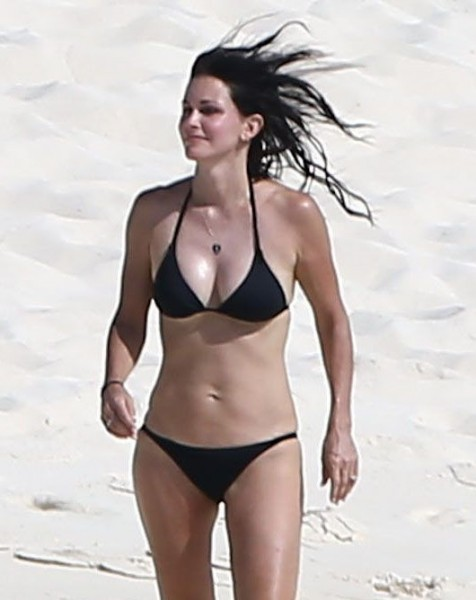 Courteney_Cox_Bikini_Candids_on_the_Beach_in_Turks_and_Caicos_June_15_2014_11-06172014035534u