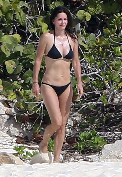 Courteney_Cox_Bikini_Candids_on_the_Beach_in_Turks_and_Caicos_June_15_2014_15-06172014035537u