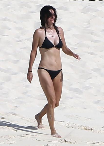 Courteney_Cox_Bikini_Candids_on_the_Beach_in_Turks_and_Caicos_June_15_2014_16-06172014035538u