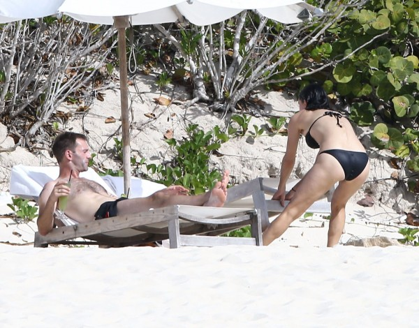 Courteney_Cox_Bikini_Candids_on_the_Beach_in_Turks_and_Caicos_June_15_2014_20-06172014035542u