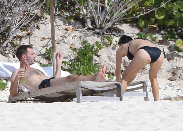 Courteney_Cox_Bikini_Candids_on_the_Beach_in_Turks_and_Caicos_June_15_2014_21-06172014035545u