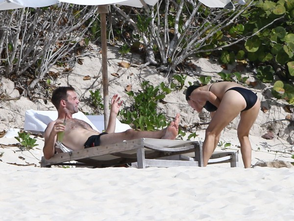 Courteney_Cox_Bikini_Candids_on_the_Beach_in_Turks_and_Caicos_June_15_2014_22-06172014035547u