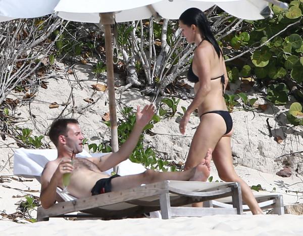 Courteney_Cox_Bikini_Candids_on_the_Beach_in_Turks_and_Caicos_June_15_2014_24-06172014035551u