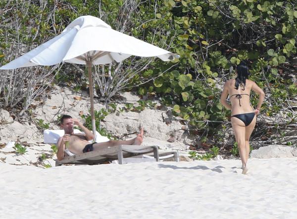 Courteney_Cox_Bikini_Candids_on_the_Beach_in_Turks_and_Caicos_June_15_2014_27-06172014035601u
