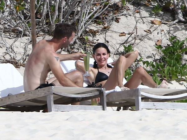 Courteney_Cox_Bikini_Candids_on_the_Beach_in_Turks_and_Caicos_June_15_2014_29-06172014035604u