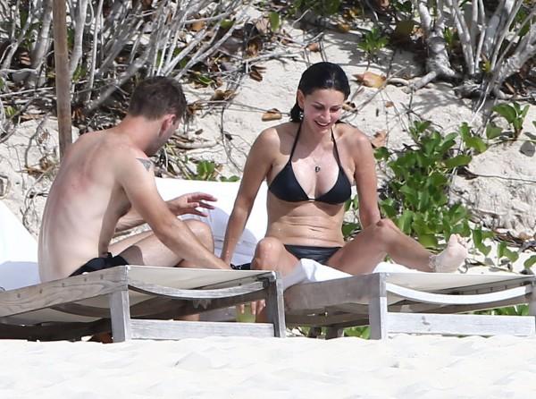 Courteney_Cox_Bikini_Candids_on_the_Beach_in_Turks_and_Caicos_June_15_2014_32-06172014035610u