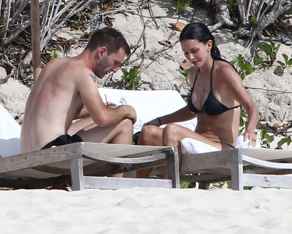 Courteney_Cox_Bikini_Candids_on_the_Beach_in_Turks_and_Caicos_June_15_2014_34-06172014035613u