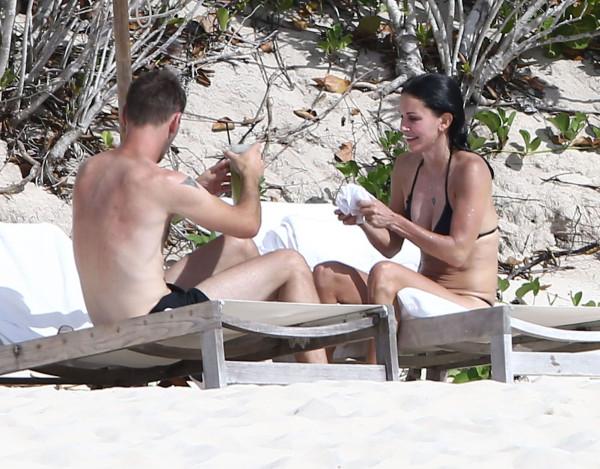 Courteney_Cox_Bikini_Candids_on_the_Beach_in_Turks_and_Caicos_June_15_2014_35-06172014035615u