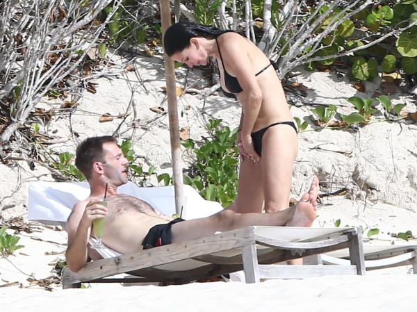 Courteney_Cox_Bikini_Candids_on_the_Beach_in_Turks_and_Caicos_June_15_2014_42-06172014035629u