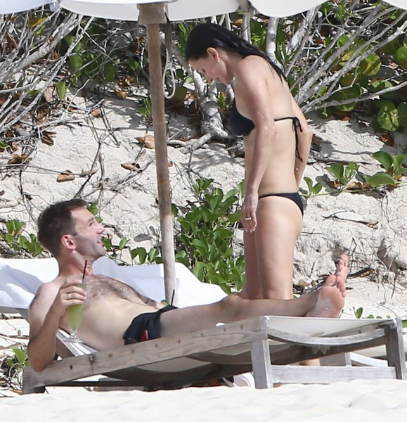 Courteney_Cox_Bikini_Candids_on_the_Beach_in_Turks_and_Caicos_June_15_2014_44-06172014035634u