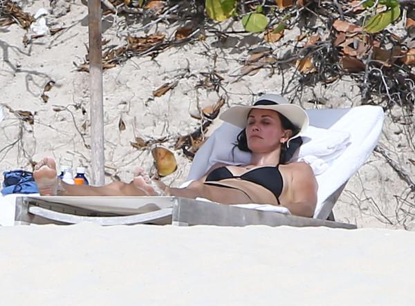 Courteney_Cox_Bikini_Candids_on_the_Beach_in_Turks_and_Caicos_June_15_2014_53-06172014035654u