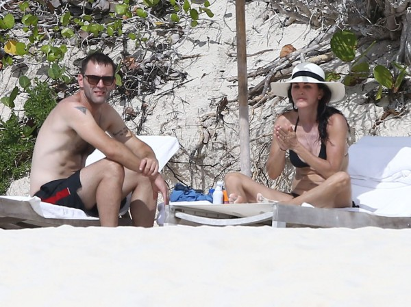 Courteney_Cox_Bikini_Candids_on_the_Beach_in_Turks_and_Caicos_June_15_2014_57-06172014035704u
