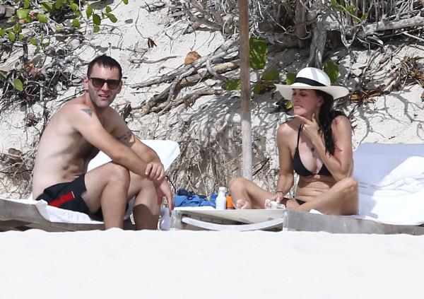 Courteney_Cox_Bikini_Candids_on_the_Beach_in_Turks_and_Caicos_June_15_2014_60-06172014035709u