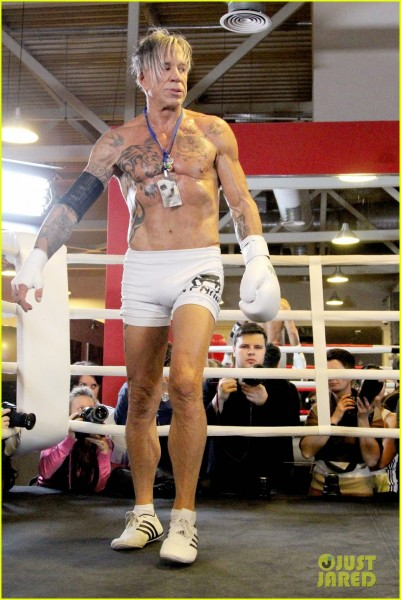 mickey-rourke-looks-ripped-at-62-in-new-boxing-ring-photos-02