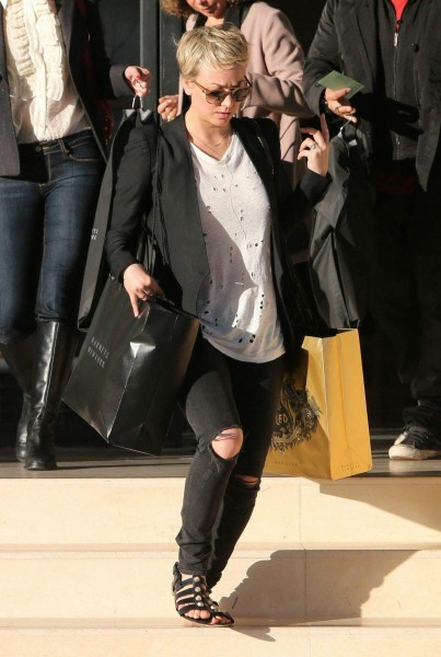 kaley-cuoco-doing-some-last-minute-christmas-shopping-at-barneys-december-222014-x15
