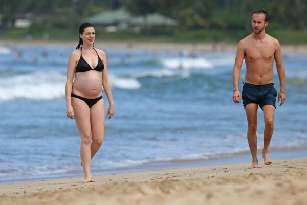 Будущие родители на пляже