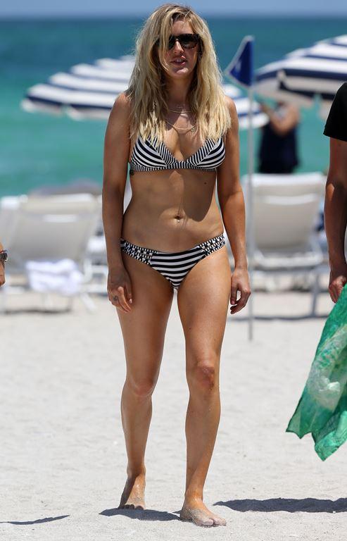 Элли Голдинг на пляже