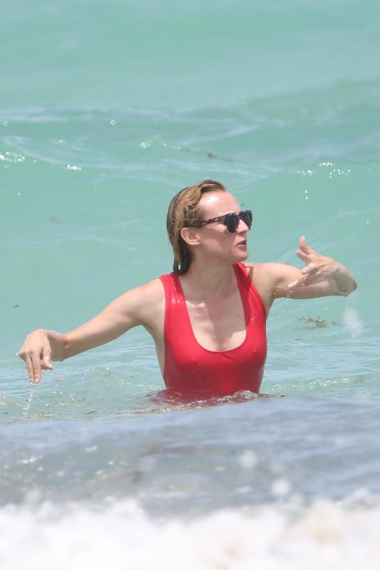 Диана Крюгер на пляже
