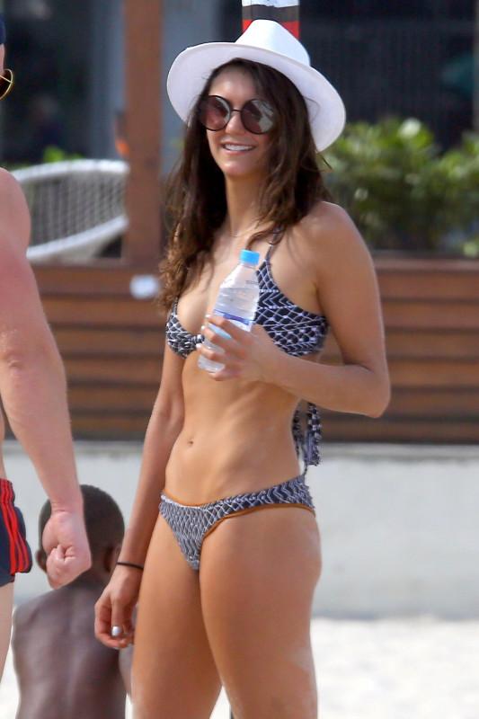 Нина Добрев на пляже