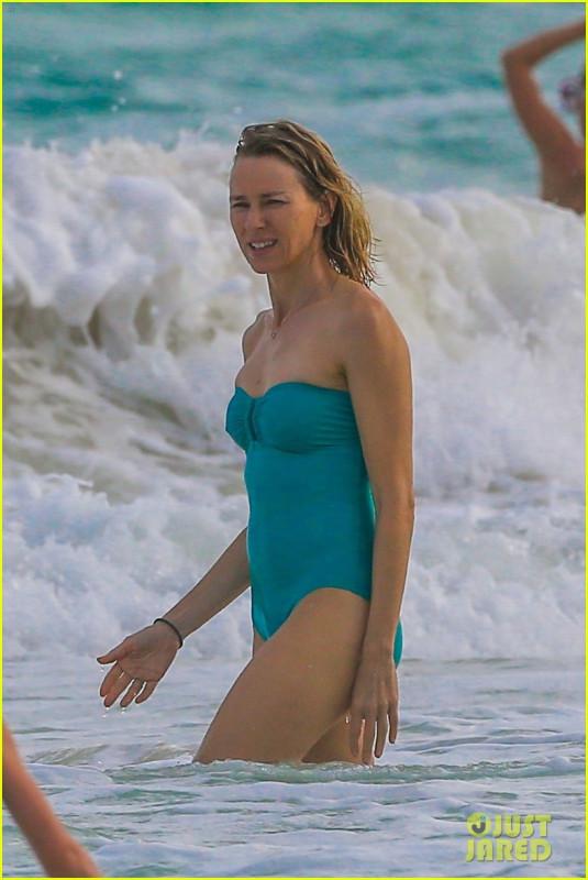 Наоми Уоттс на пляже