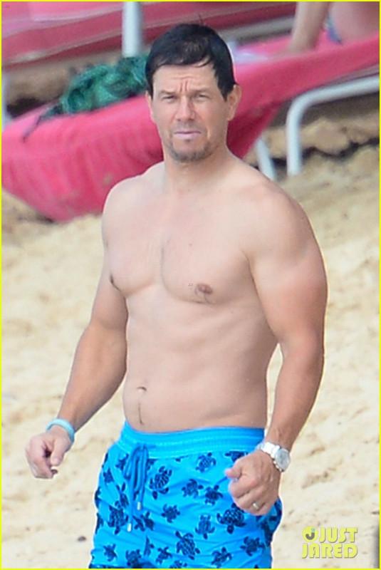 Марк Уолберг на пляже
