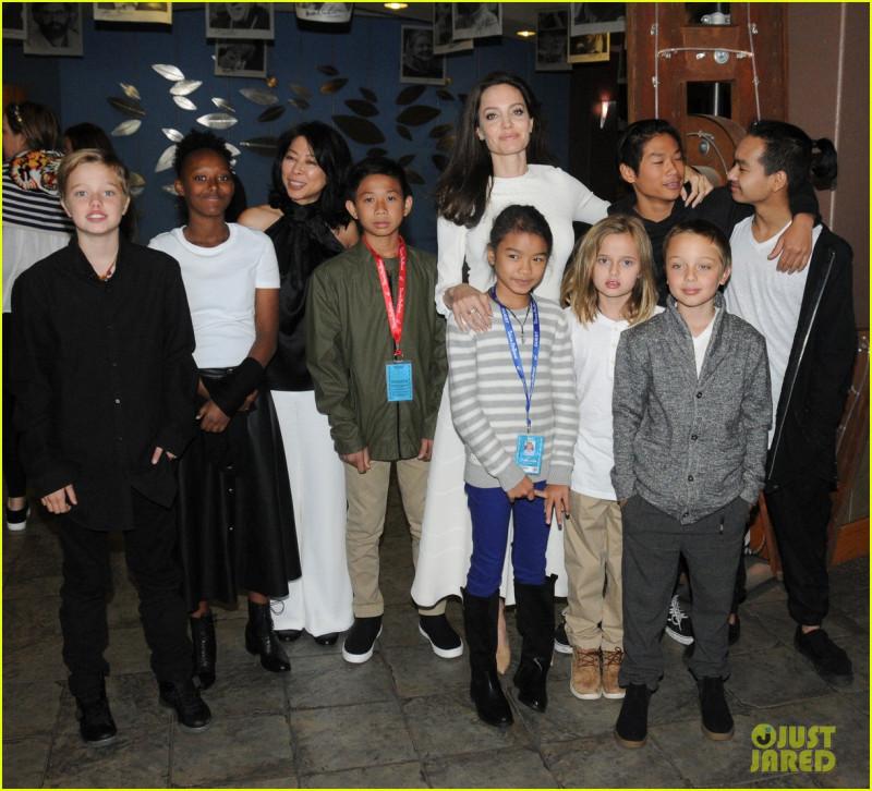 Анджелина Джоли с детьми на кинофестивале