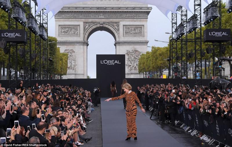 Знаменитости прошлись по подиуму на шоу L'Oréal Paris