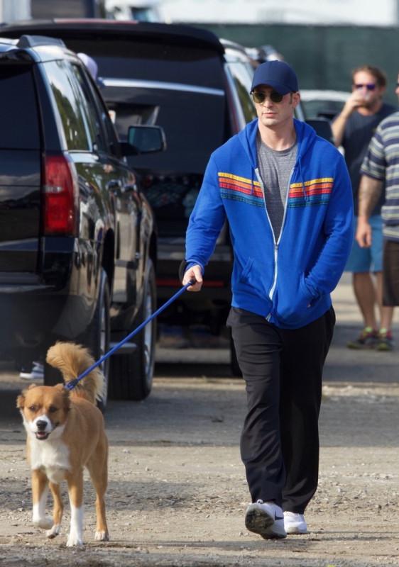 Крис Эванс на прогулке с собачкой