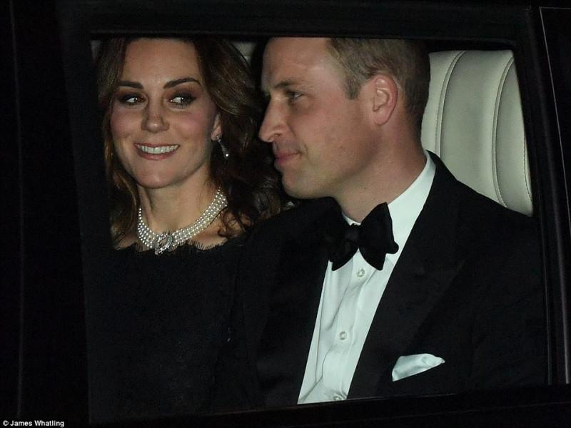 Члены королевской семьи по пути на праздник к королеве