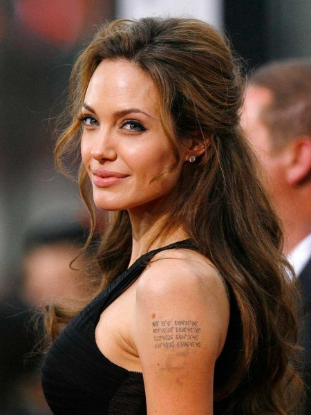 Джоли призналась, что удалила себе обе груди angelina_tatuaggi