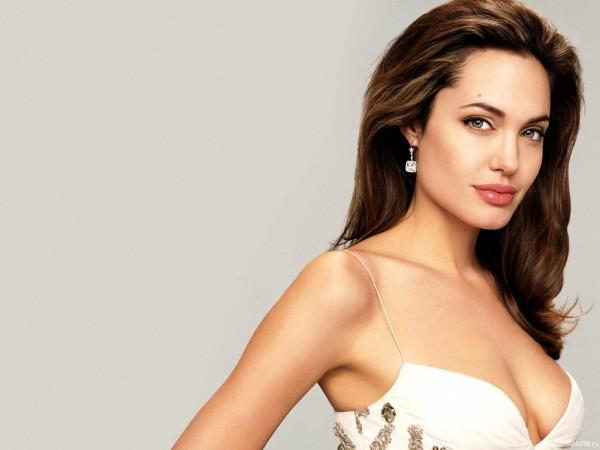 Джоли призналась, что удалила себе обе груди angelina-jolie05