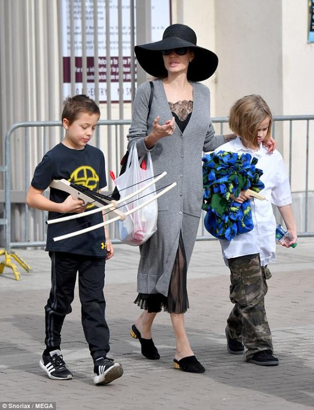 Энджи с детьми на рынке